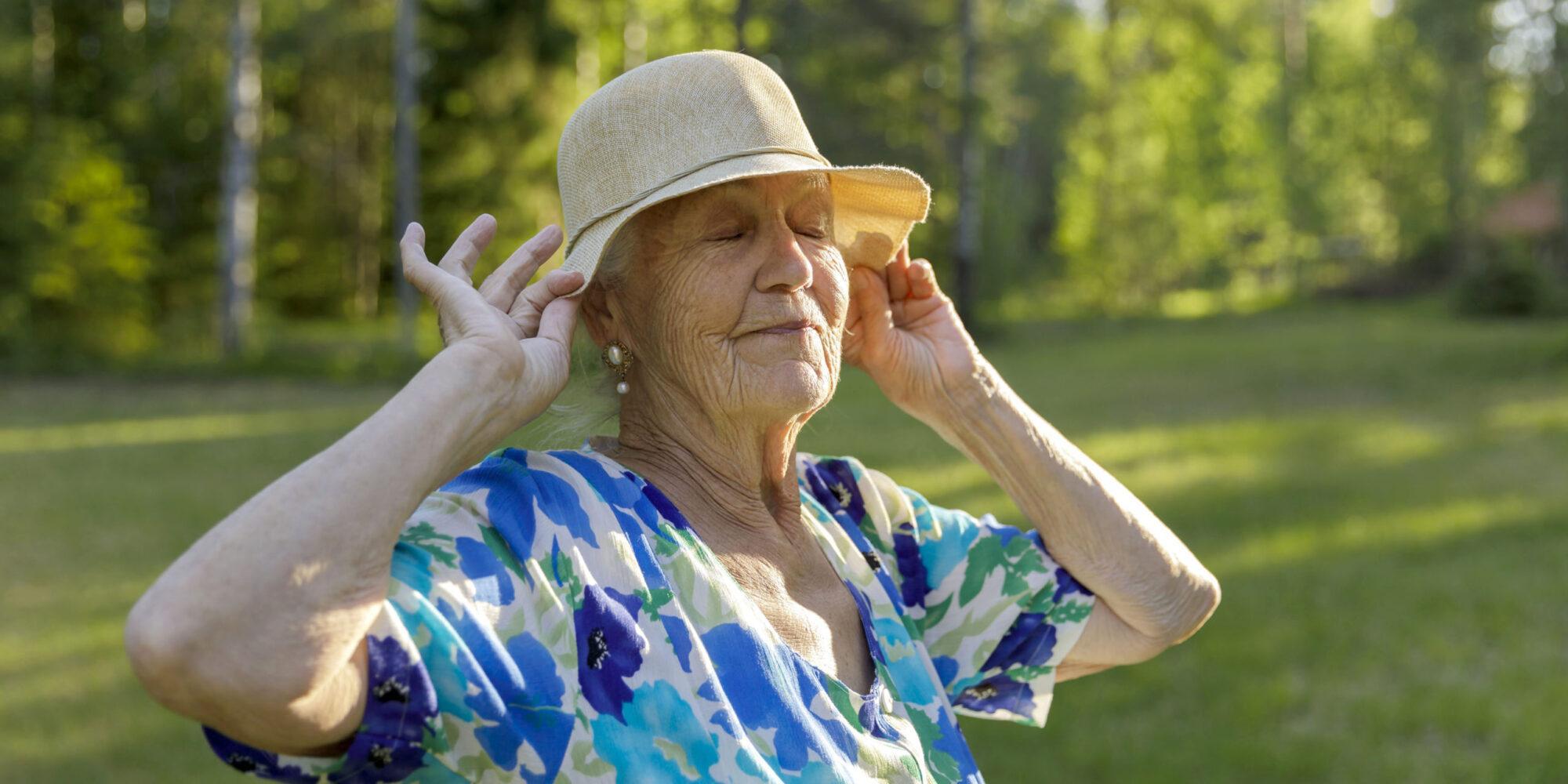 Nainen hattu päässä