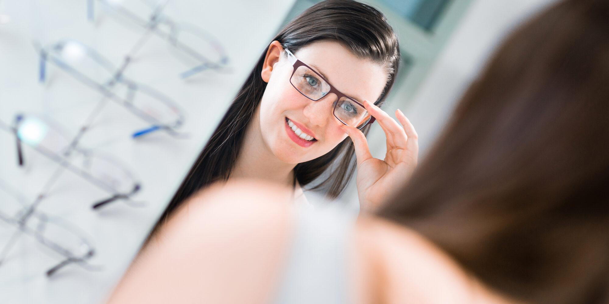 Nainen sovittamassa silmälaseja