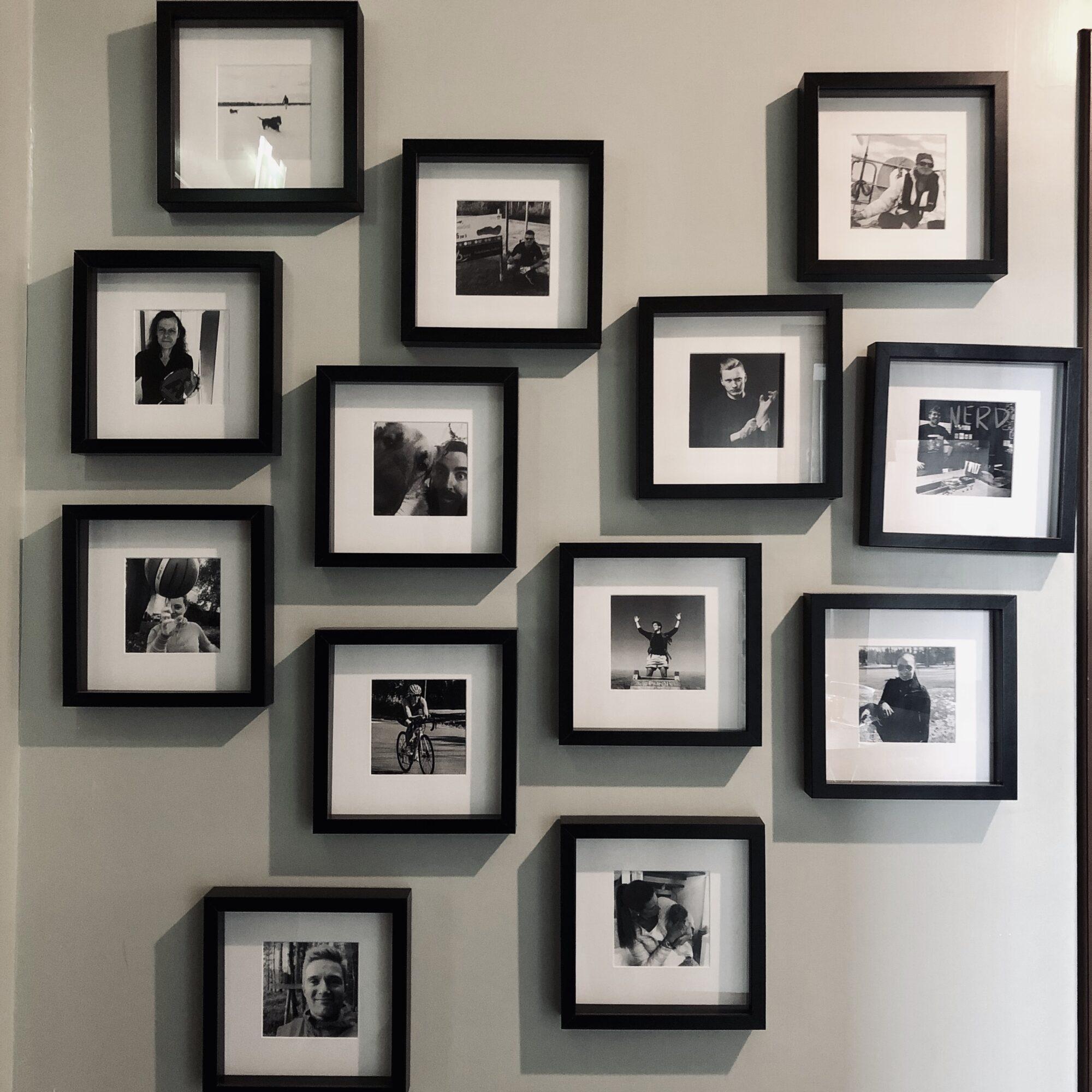Jengafamilyn valokuvat toimiston seinällä